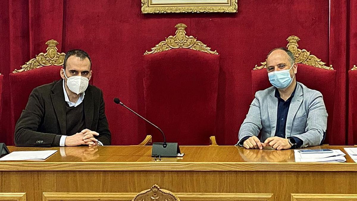 Enrique Cabaleiro, alcalde de Tui, y David Regades, delegado de Zona Franca en Vigo.   | // D.P.