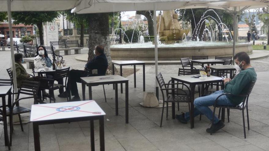 Hostelería y vecinos de Marín encaran con desmoralización la entrada en el nivel alto