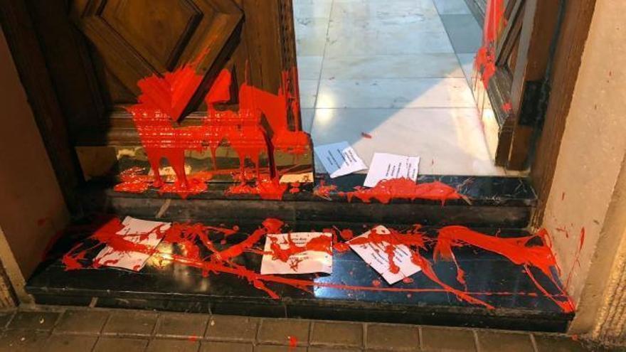 """Arrojan pintura y pasquines con la palabra """"asesinos"""" en la casa de Idoia Mendia"""