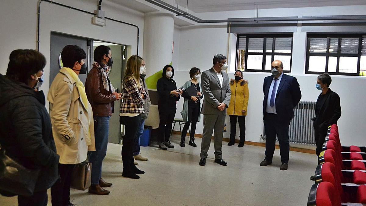 El responsable de Endesa y el director de Educación, ayer con docentes en la entrega de equipos. | Araceli Saavedra