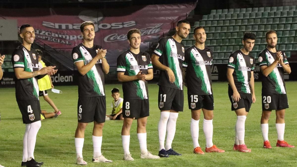 Jugadores del Mérida, con la misma indumentaria que lucirán este domingo ante el Ceuta.