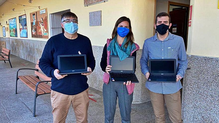 El ayuntamiento de Montuïri entrega diez ordenadores al colegio público