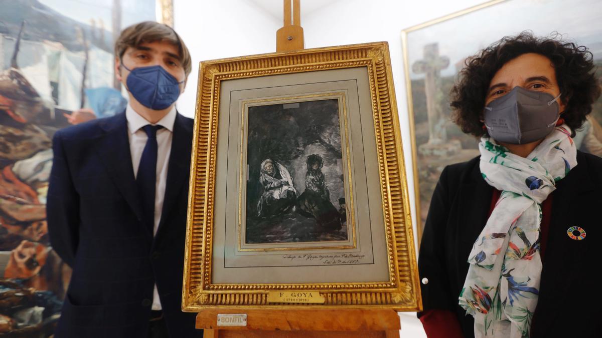 Alfonso Palacio y Berta Piñán, a ambos lado del dibujo de Goya.