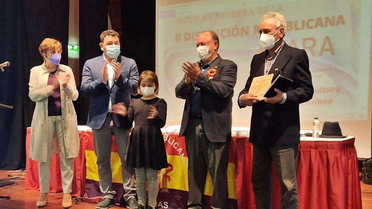 Albino Suárez, a la derecha, durante el reconocimiento que le hicieron en Laviana. | Memoria Democrática Asturias