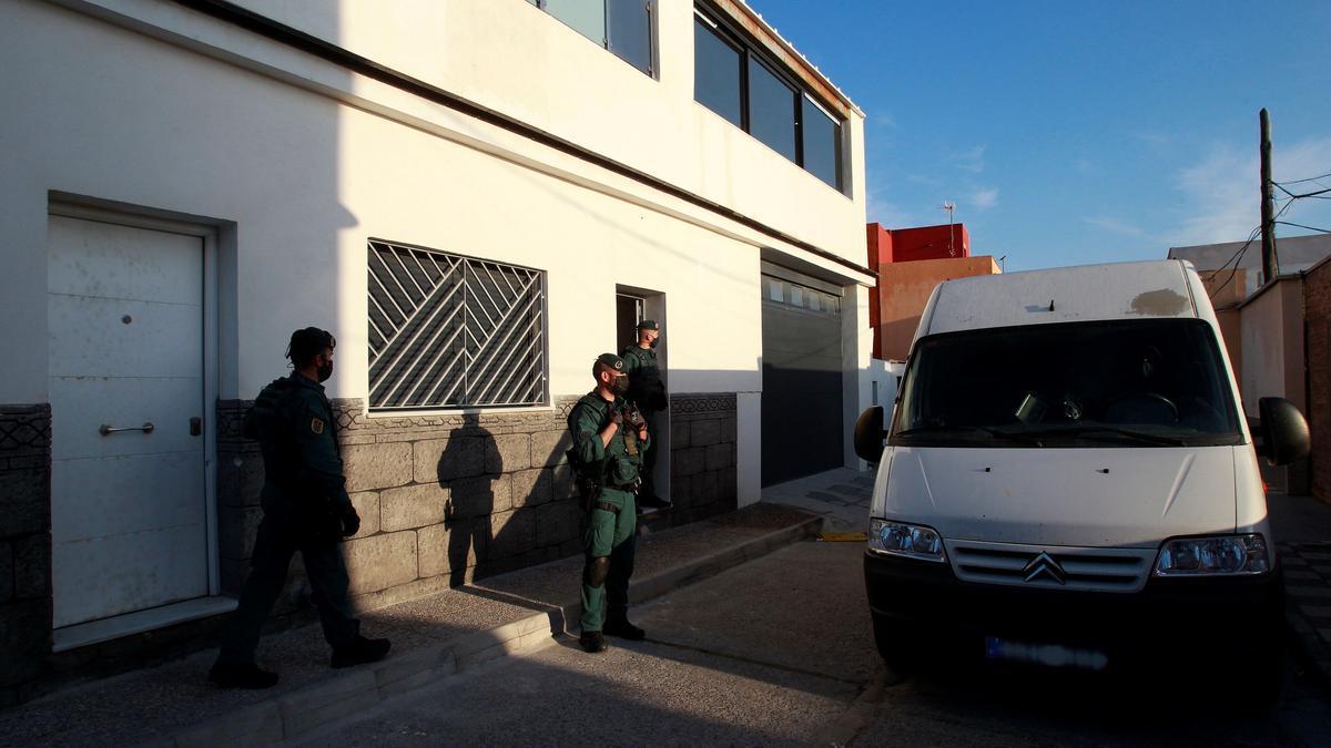 La Guardia Civil en el registro de una vivienda en La Línea.