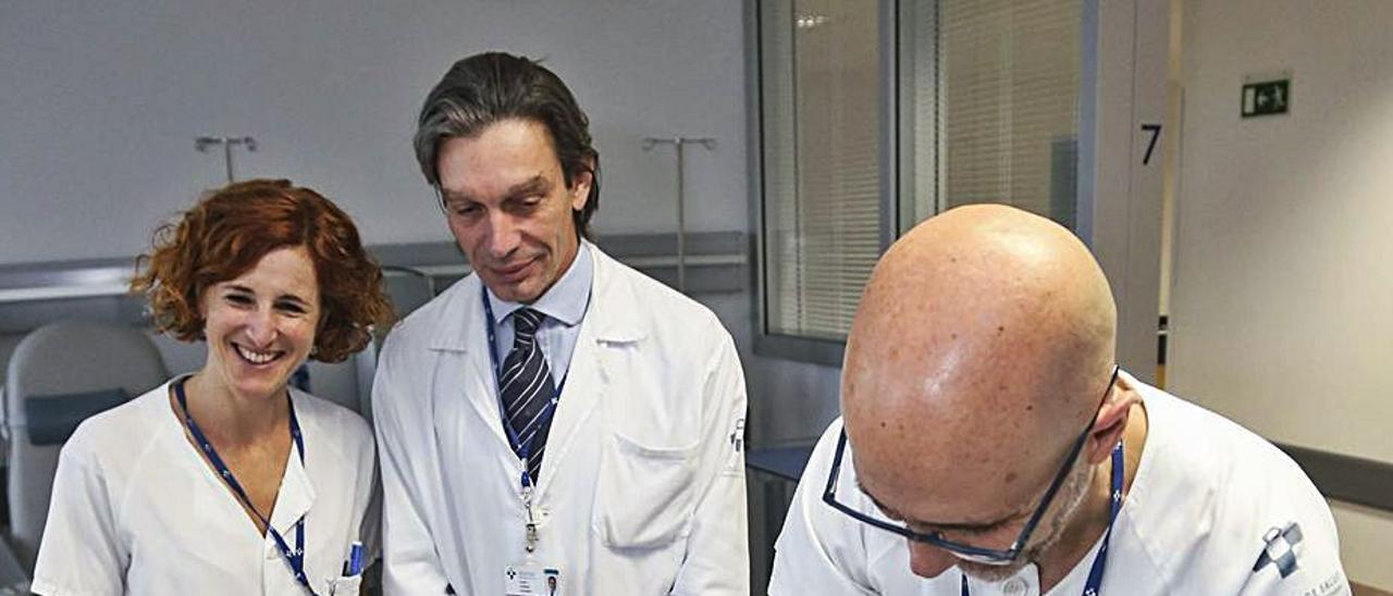 Emilio Esteban, en el centro, colabora en la atención a un paciente, en una imagen de archivo previa a la pandemia .   Julián Rus