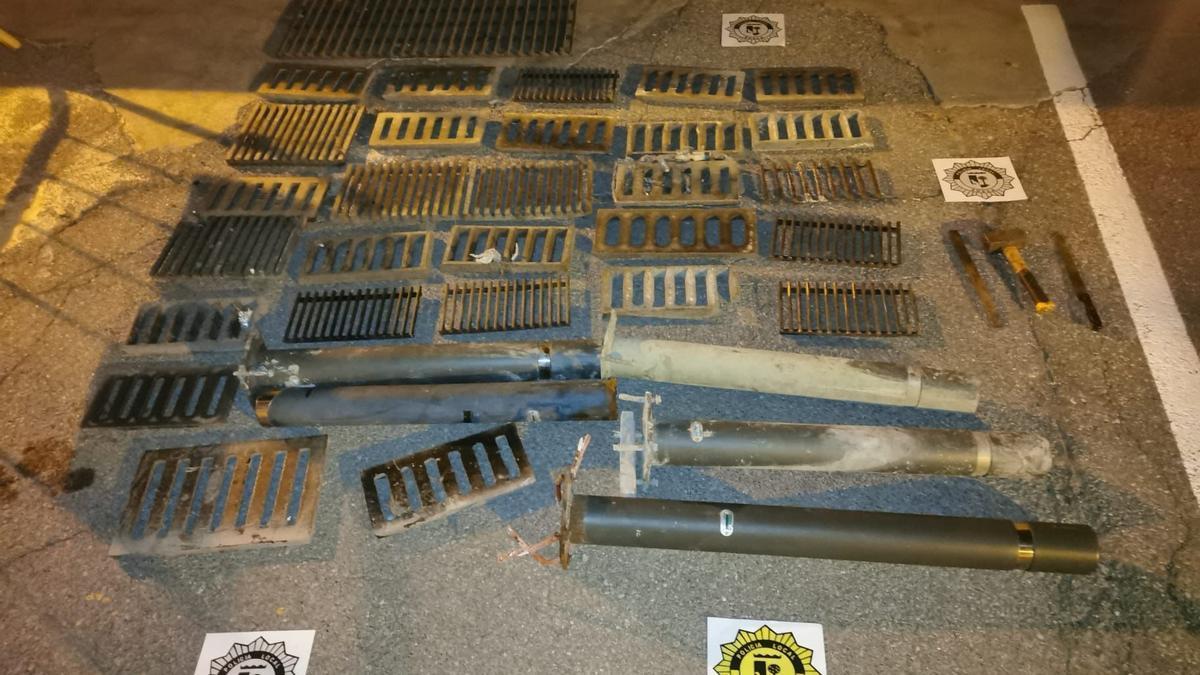 Imbornales metálicos recuperados por la Policía Local de Sueca.