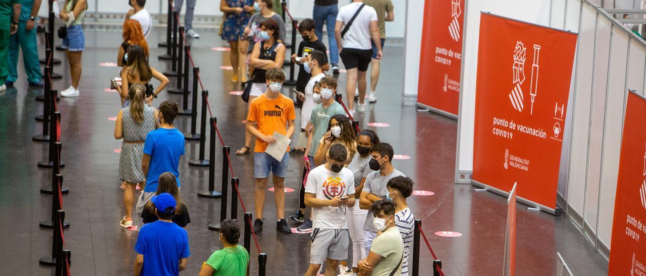 """Actividad en el """"vacunódromo"""" de Ciudad de la Luz, en Alicante."""
