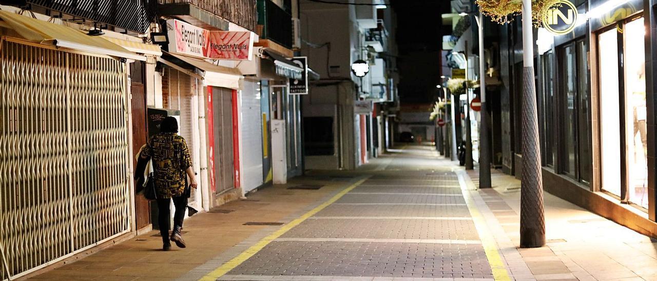Una calle de Sant Antoni casi vacía ante la entrada en vigor del toque de queda.   J. A. RIERA