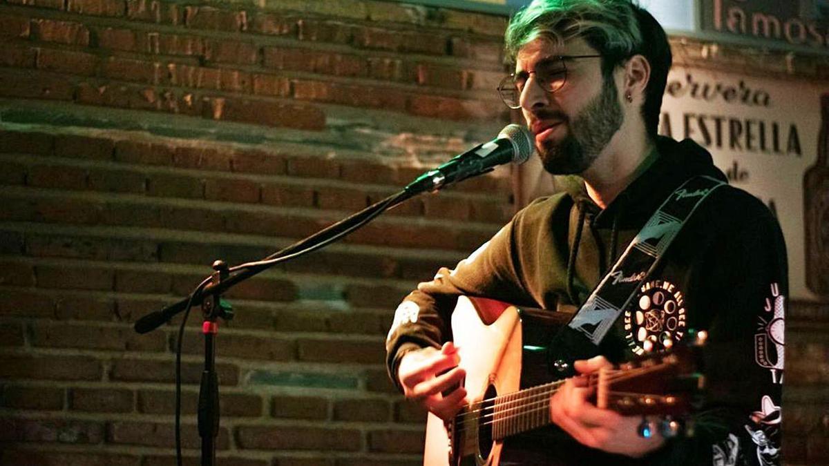 El benaventano Adrián Gil, voz y guitarra del grupo UnderWallace.