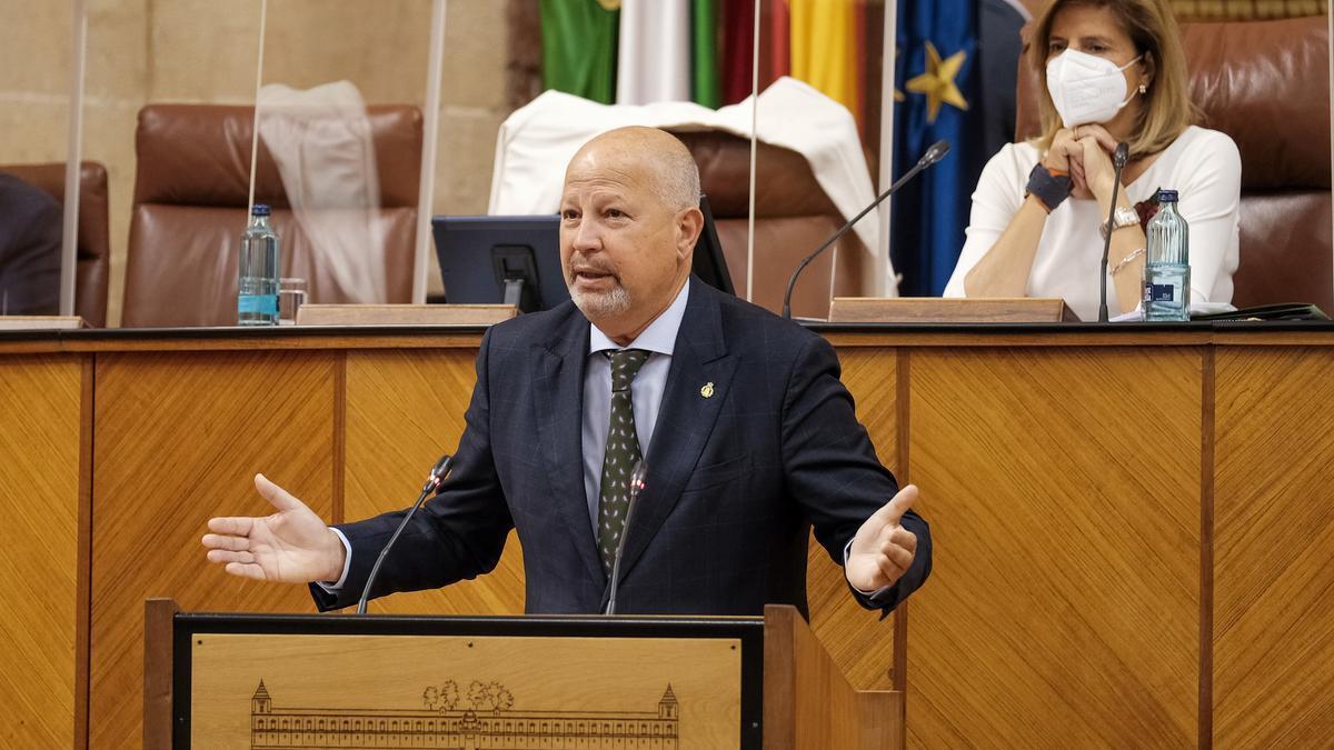 El consejero de Educación y Deporte, Javier Imbroda, en el Pleno del Parlamento andaluz.