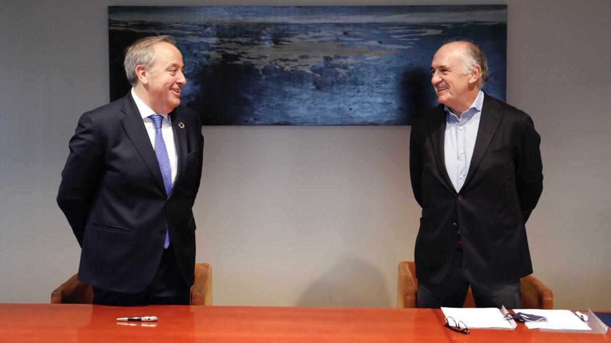 Firma del acuerdo entre Bruc Energy y Alter Enersun. A la izquierda, José Luis Morlanes; a la derecha, Juan Béjar.