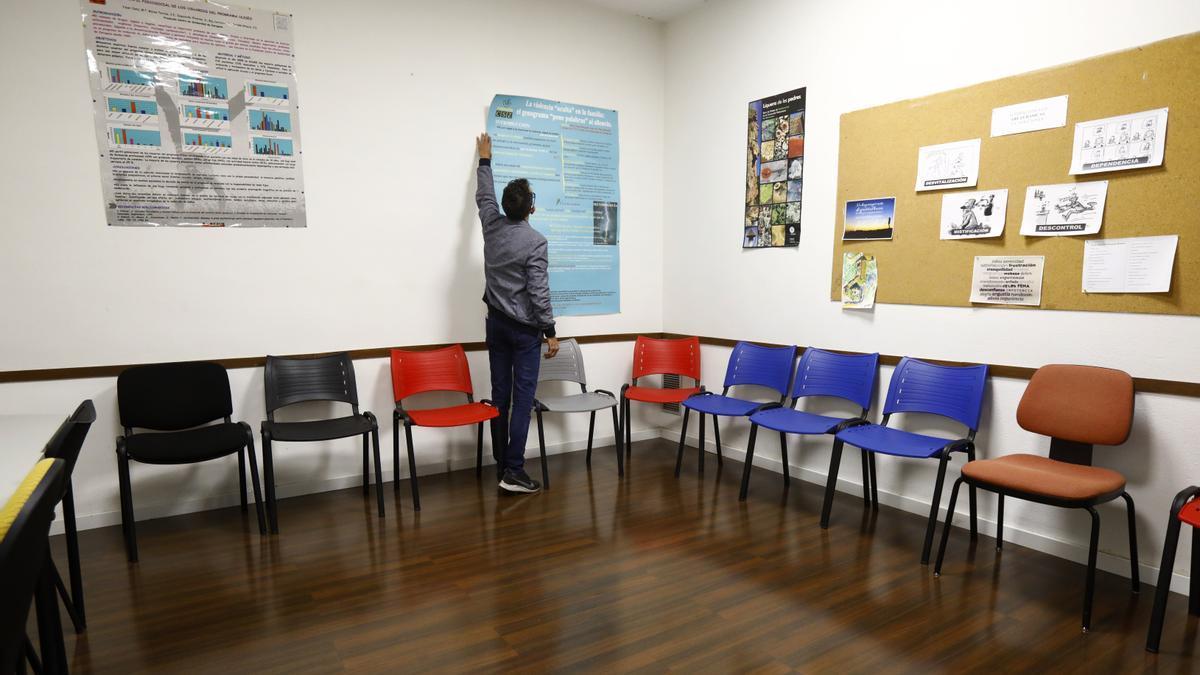 Jesús Sánchez, director gerente de Proyecto Hombre en Aragón, en la sala de reuniones grupales de la unidad de la calle Manuela Sancho de Zaragoza.