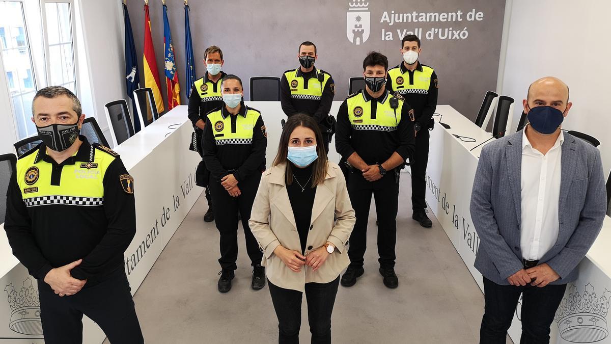 La alcaldesa y el edil de Policía junto al jefe del cuerpo y las nuevas incorporaciones a la plantilla de la Vall d'Uixó.