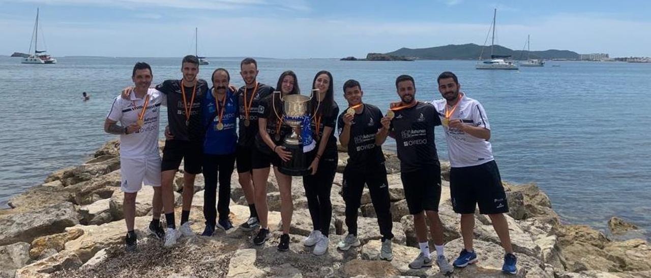 César González (entrenador), Álvaro Leal, Nicolás García (presidente), Javier Suárez, Lorena Uslé, Claudia Leal, Uriel Canjura, Alberto Zapico y Jonathan Martínez (segundo entrenador), ayer, en Ibiza.