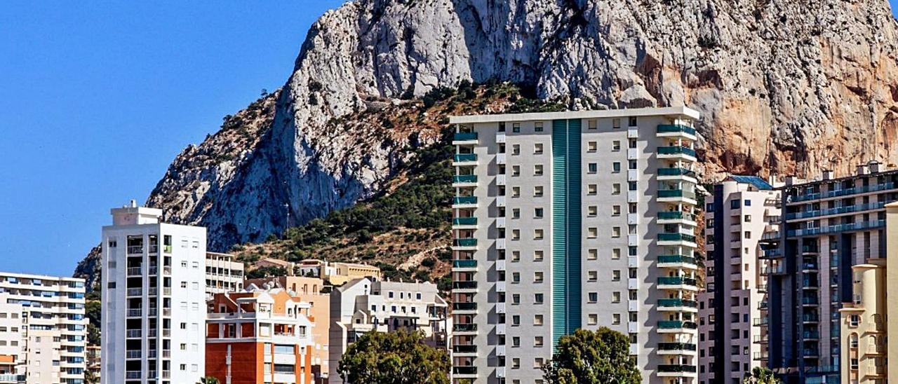 Bandadas de flamencos en les Salines de Calp; el Penyal sobresale por encima de las torres. | A. P. F.