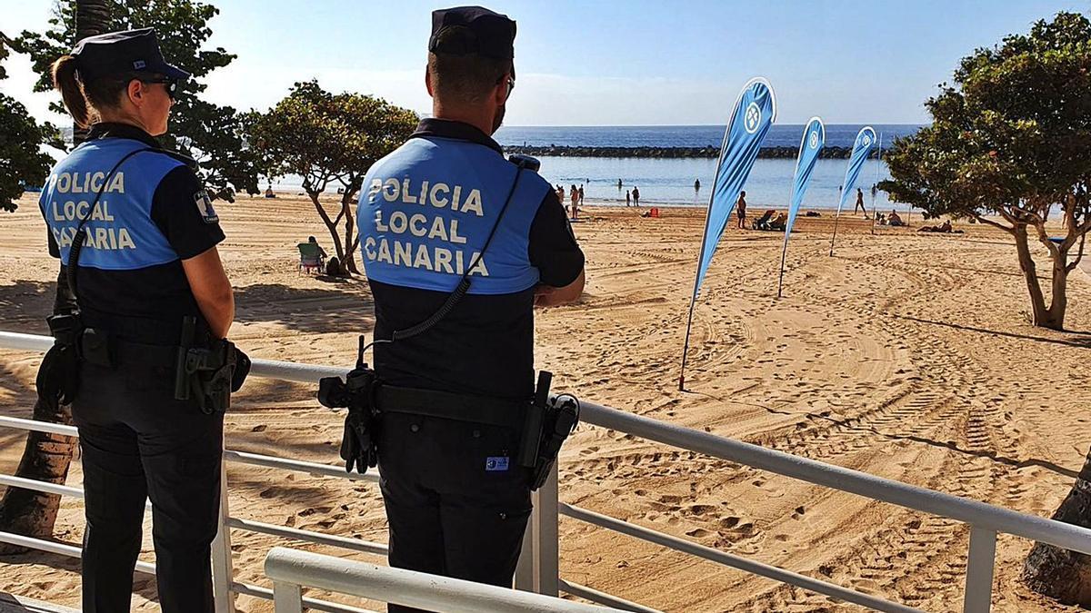 Policías locales en Las Teresitas.