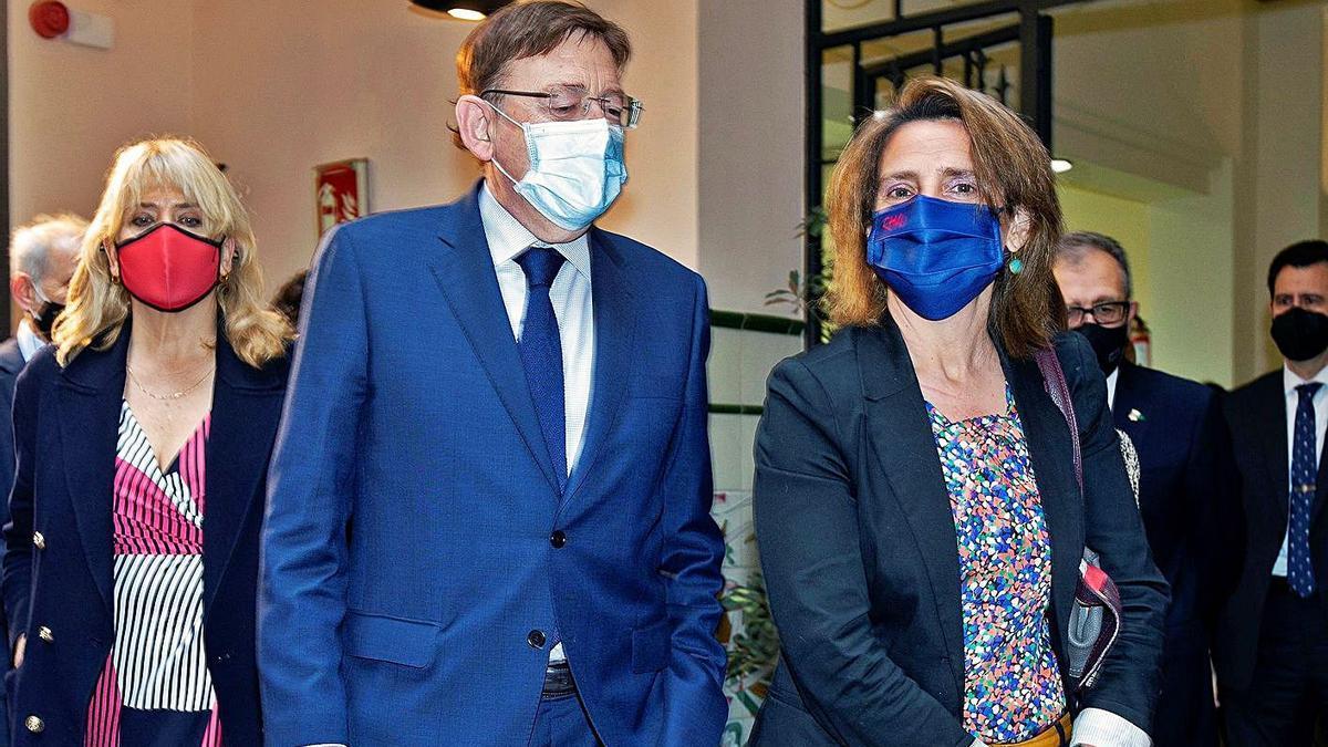 La ministra Teresa Ribera, a la derecha, con el president Ximo Puig, ayer en Castelló.  | EFE