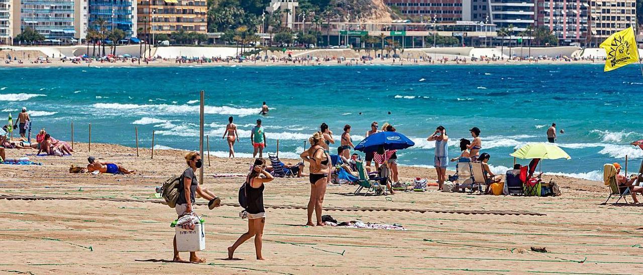 La Conselleria de Sanidad va a pedir que la mascarilla deje de ser obligatoria en playas. | DAVID REVENGA