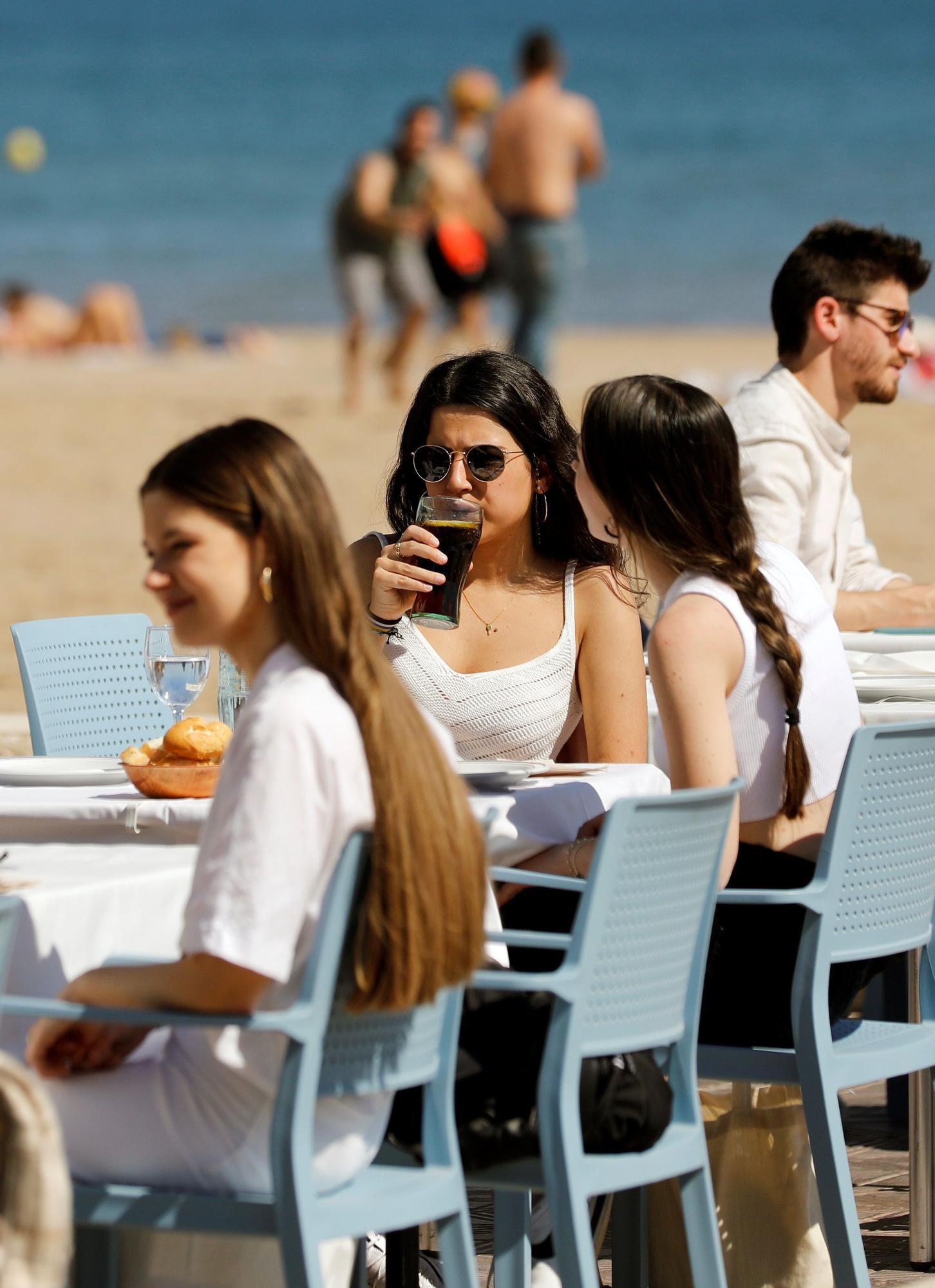 Cientos de personas disfrutan del buen tiempo en el Paseo Marítimo
