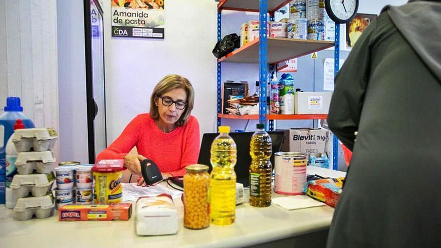 Allau de famílies ateses  pel Centre de Distribució d'Aliments de Santa Coloma
