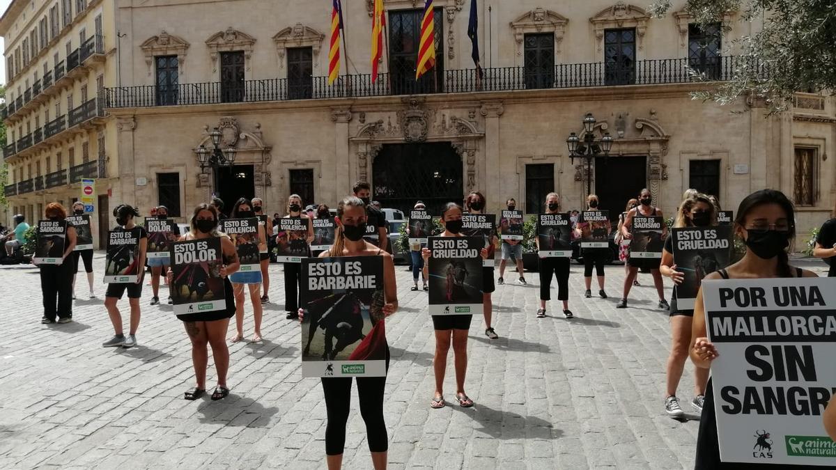 Medio centenar de personas se manifiestan en Palma contra el regreso de las corridas de toros