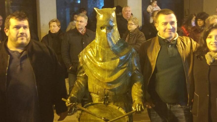 Estrenada en Alzira la escultura del setabense Soro sobre la Tamborada