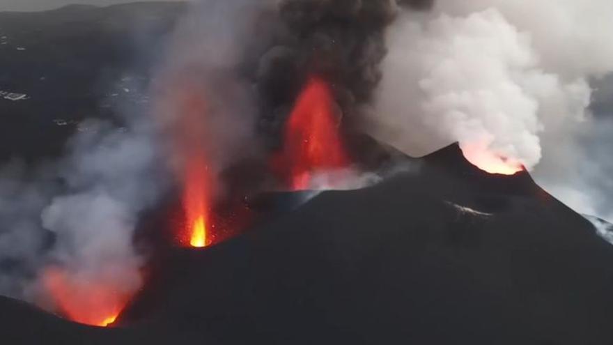 La lava del volcán de La Palma se desborda desde Tacande