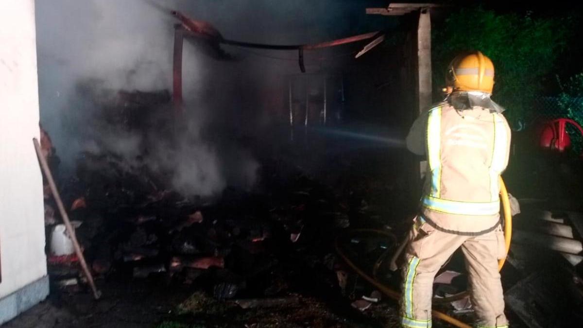 Un bombero observa el estado del galpón tras el incendio