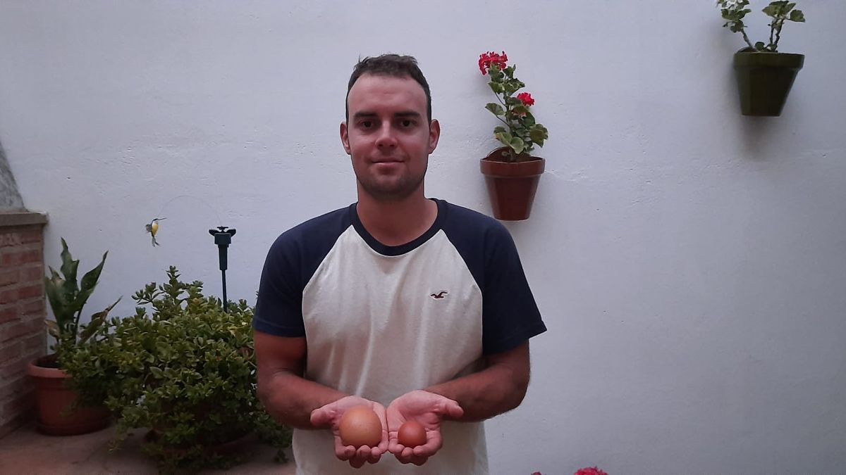 David Sancho posa con el huevo más grande de España