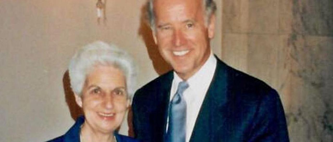 La religiosa, junto a Joe Biden cuando este aún era senador por Delaware, en los años noventa del pasado siglo.