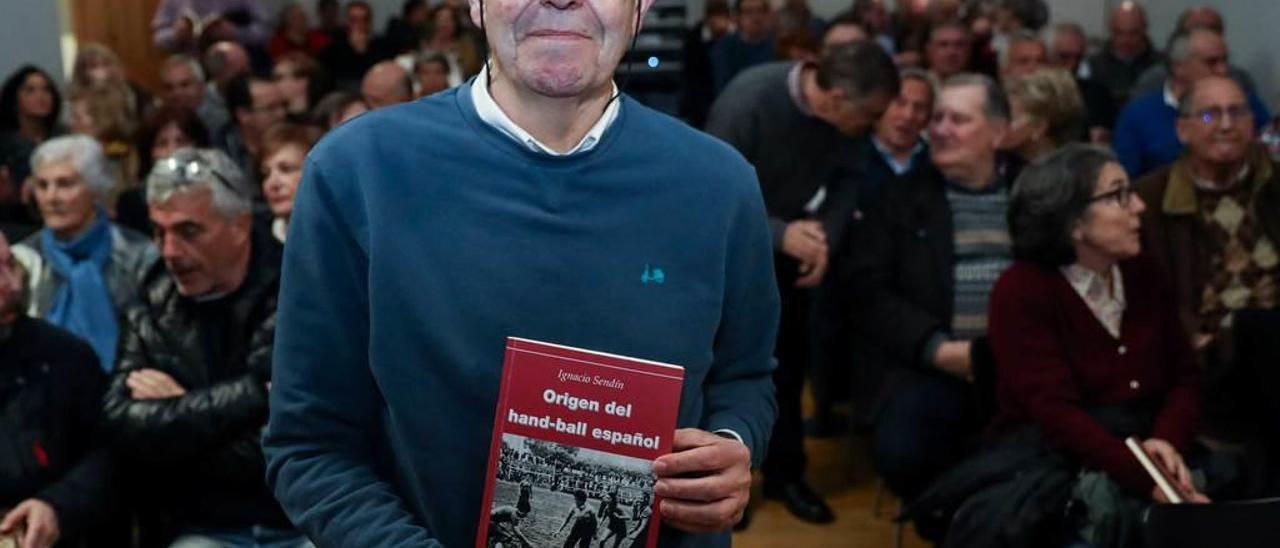 Ignacio Sendín, con su libro en las manos, ante un abarrotado auditorio.