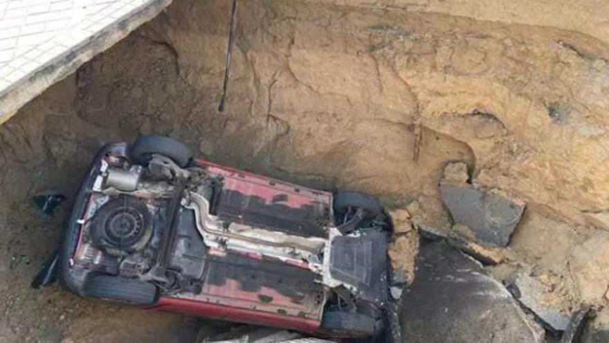 Un enorme socavón se traga un coche en Majadahonda