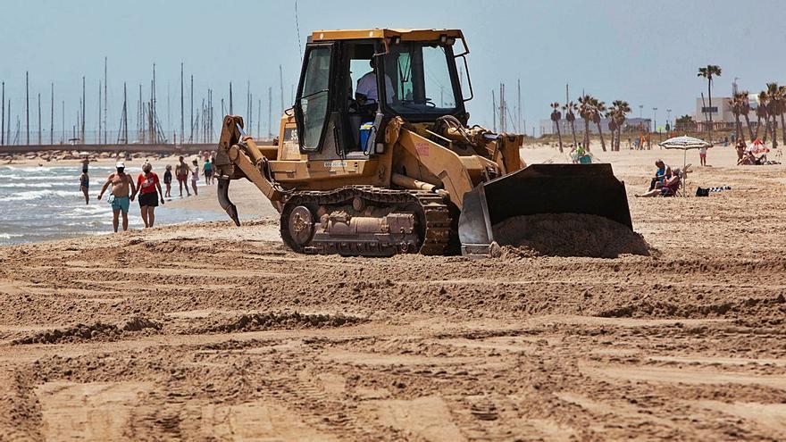 Canet retira de su playa la piedra que le dejaron los temporales