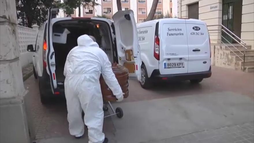Trabajo incesante de los servicios funerarios en el Hospital General de Valencia