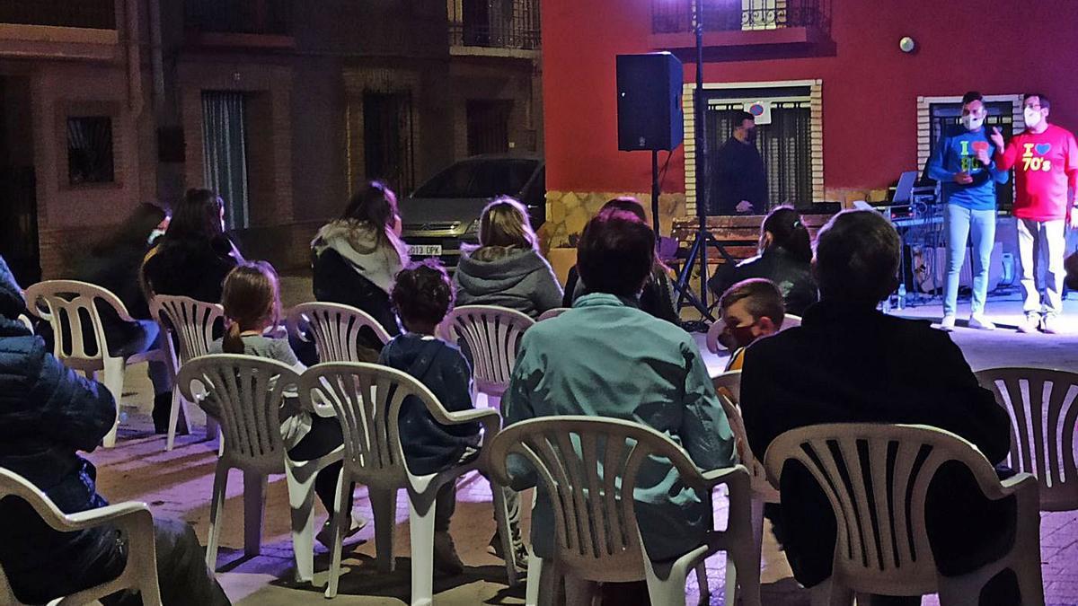 Los humoristas Josan Bailac y Gabriel Gutiérrez durante su actuación en la plaza del Olivo. | SERVICIO ESPECIAL