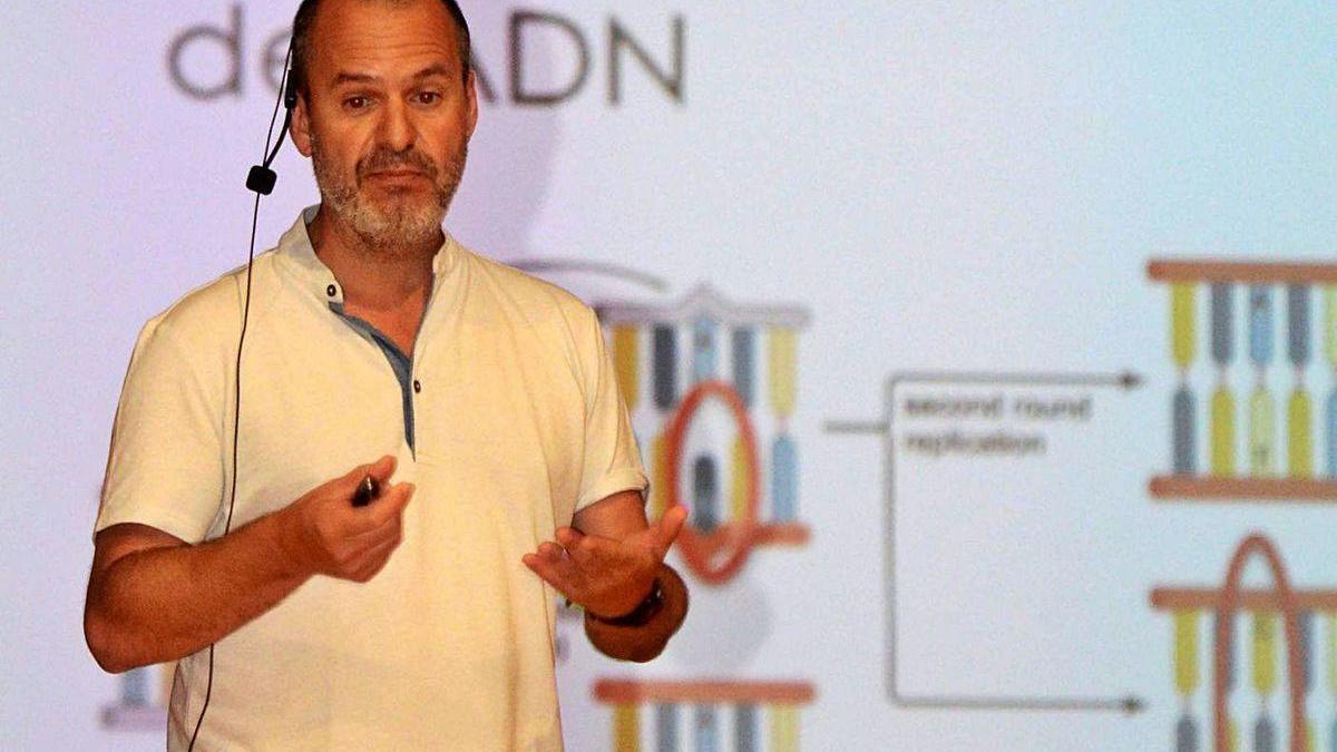 El investigador David Posada, durante una ponencia en Catoira.