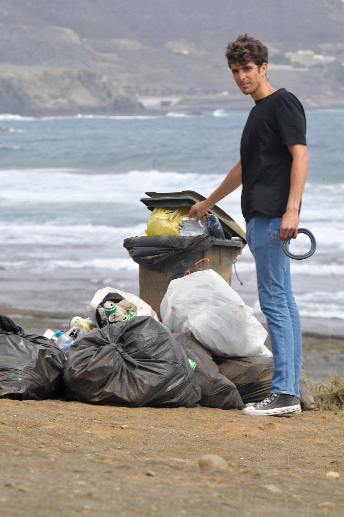 Un joven fabrica muebles con materiales reciclados