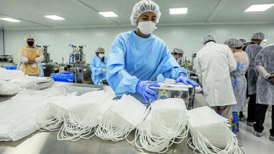 La reconversión de la industria permite a la Comunitat producir 39 millones de mascarillas