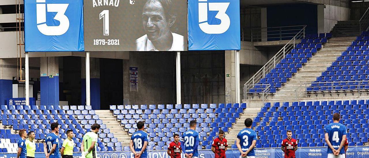 Los jugadores del Oviedo y del Mirandés, ayer, durante el minuto de silencio por Francesc Arnau. | Luisma Murias
