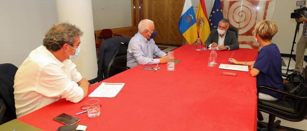 De izquierda a derecha, Inocencio González (CCOO), Manuel Navarro (UGT), el presidente Torres y Elena Máñez. | | ELVIRA URQUIJO / EFE