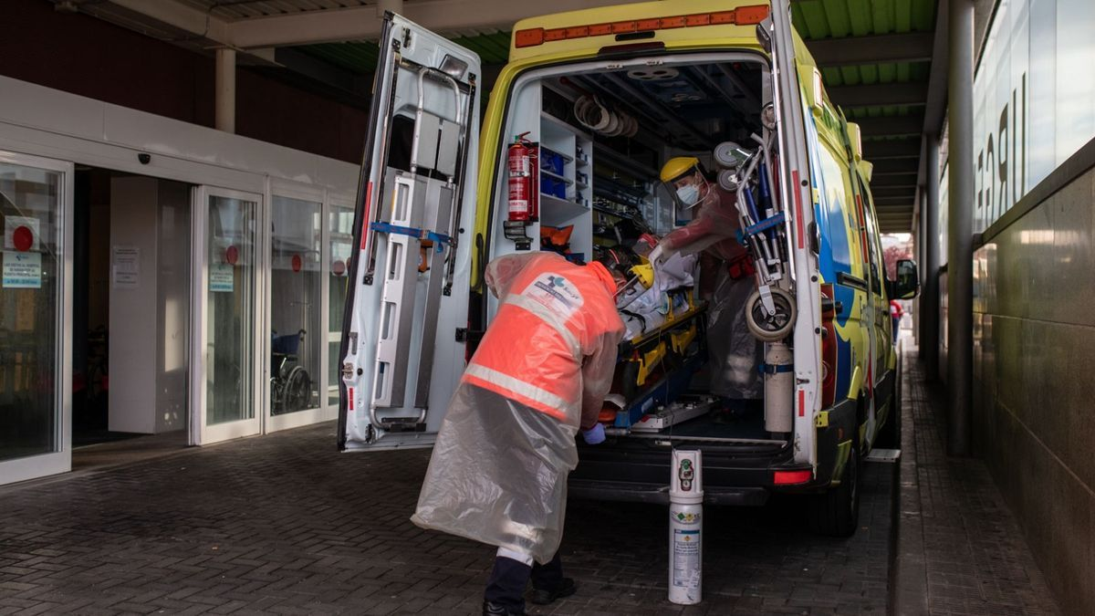 Una ambulancia accede a Urgencias del Virgen de la Concha.