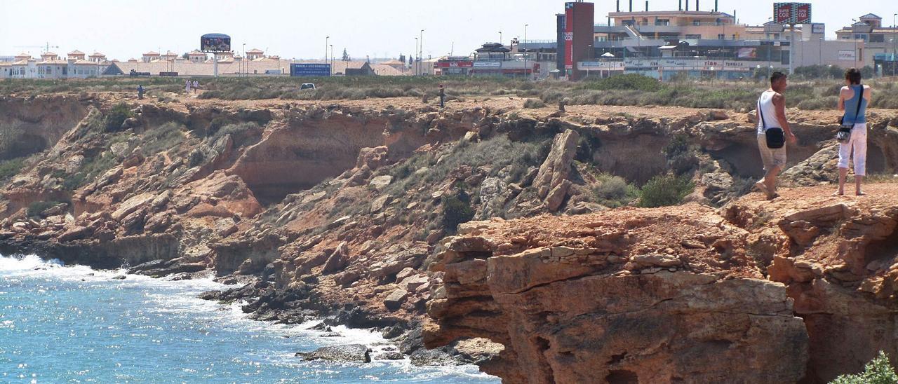Imagen de los terrenos junto al mar, calas y  acantilado donde está prevista la construcción de 1.500 viviendas en Cala La Mosca de Orihuela Costa. | D. PAMIES