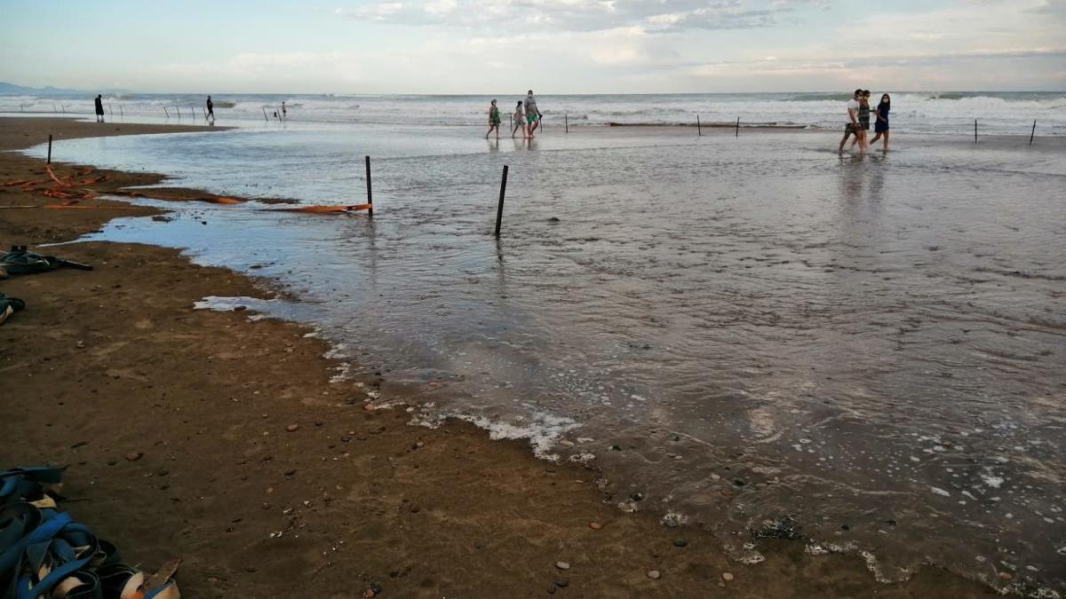 La subida de la marea hizo que el agua cubriera toda la zona parcelada