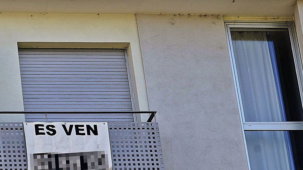 Un habitatge amb un cartell de venda. diari de girona