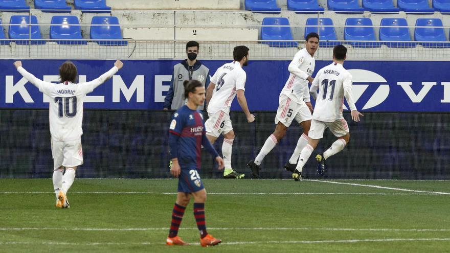 El Real Madrid se mantiene vivo sufriendo en Huesca
