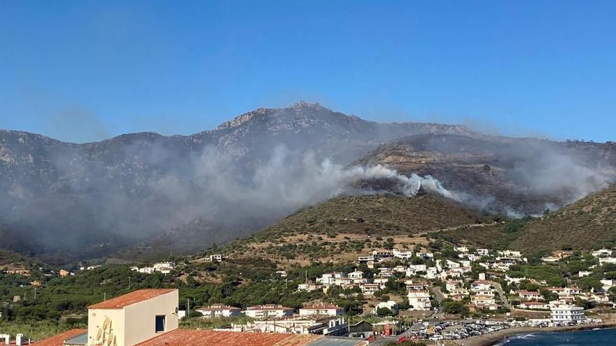 Pla obert de la fumarada de l'incendi de Llançà vist des del Port de la Selva, el 17 de juliol del 2021 (Horitzontal).