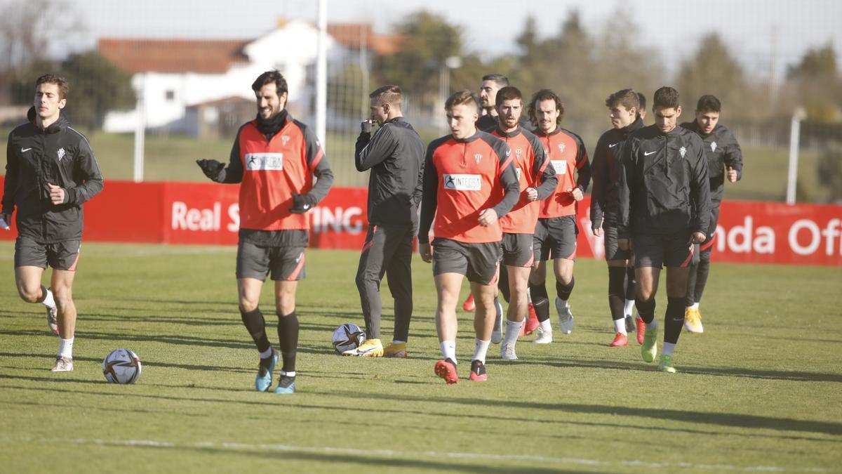 Gragera, primero por la izquierda, y Gaspar Campos, al fondo a la derecha, durante el entrenamiento de hoy en Mareo.
