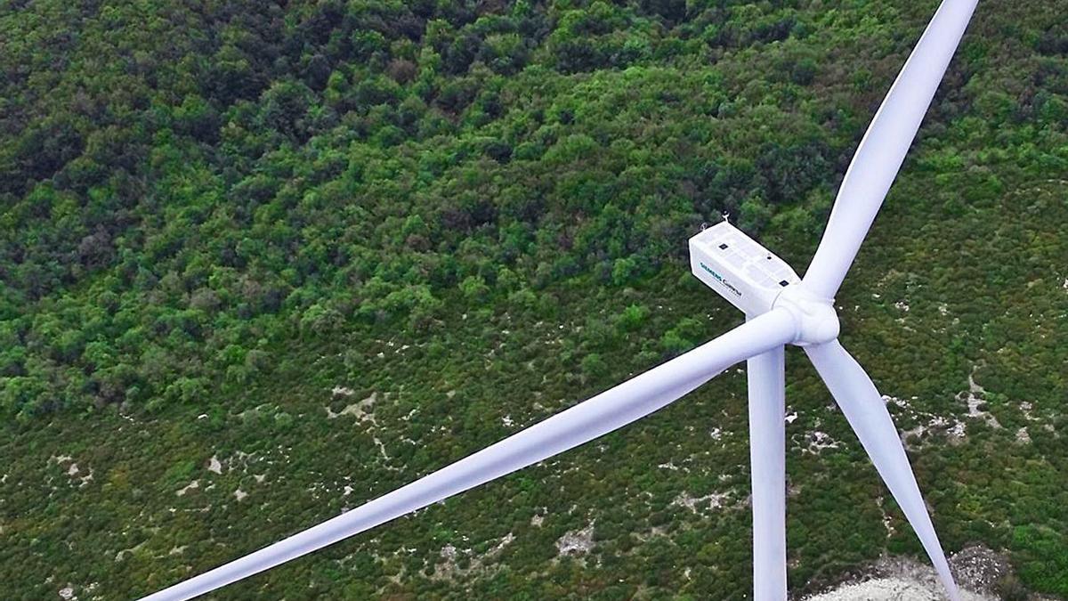 Un aerogenerador, en un parque eólico.     // L.O.