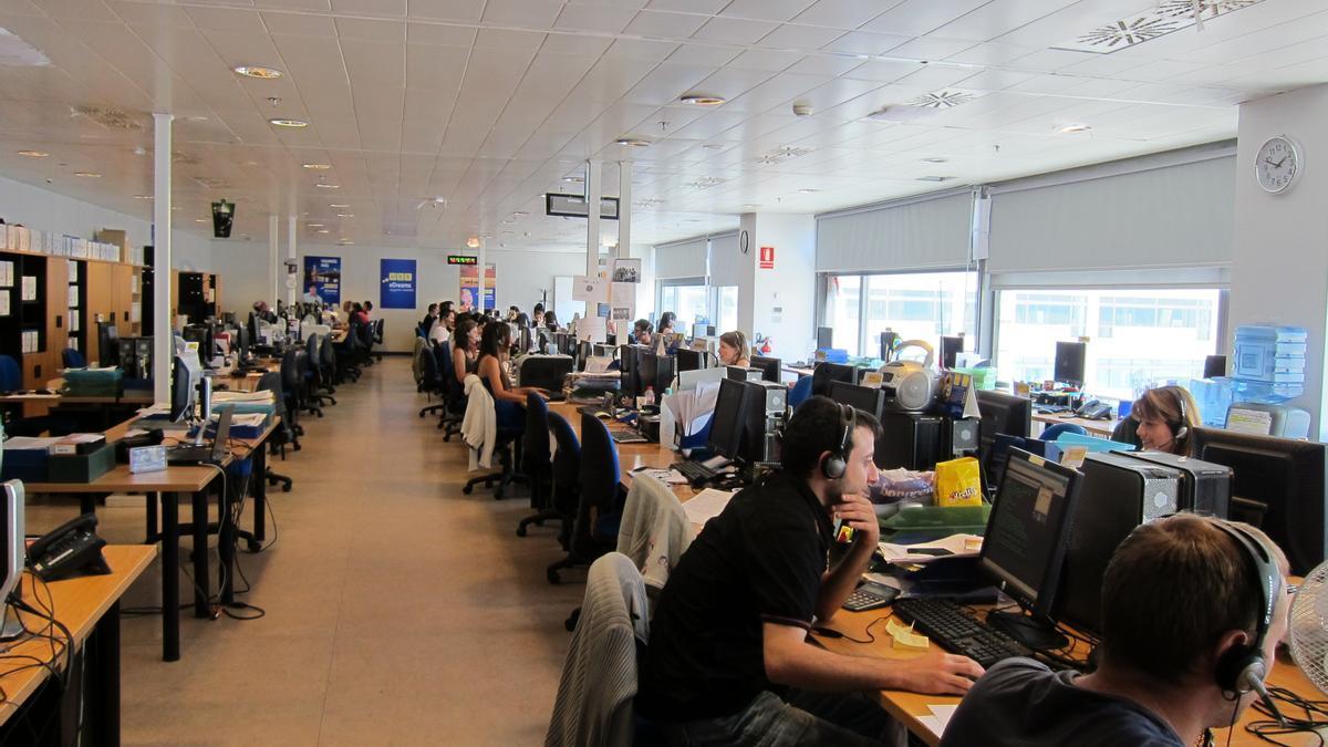Teleoperadores en un call center, en una imagen de archivo.
